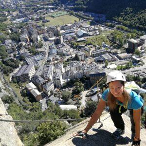 """Vía Ferrata Clot de l'Aspra vía ferrata Andorrana iniciación en Encamp Andorra del Funicamp. Vías Ferratas excelente para iniciación. Y para pasar una mañana única en Andorra. Instalaciones en muy buen estado y bien mantenidas. EsportsElit.com - T.+376330720 - Guías Especialistas. """"An amazing experience with Via Ferrada. Our guide Jordi was great. We loved our morning high up in the mountains"""" """"Esports Elit cuenta con excelentes esquíes alpinos, de montaña y telemark tanto para la venta como el alquiler. El material que he alquilado ha sido de excelente calidad, llegando a probar por mi propia cuenta la excelencia de los esquíes (Alpinos, de montaña y telemark)"""" """"Nuestra primera ruta guiada (Vall de Madriu y camino de los Matxos), hemos quedado muy satisfechos. Los chicos muy agradables y pendientes en todo momento de nosotros. Totalmente recomendable. Gracias a Jordi y Hugo por la experiencia"""" Contacte i Horaris Telf o WhatsApp : +376330720 info@esportselit.com - www.esportselit.com - La actividad de verano de """"Vías Ferratas"""" es sensacional en la montaña en verano en Andorra: se trata de escalar paredes verticales por vías equipadas con pasamanos, cables, cadenas, puentes colgantes y tirolinas. Experimentarás las mismas sensaciones que un escalador pero con 100% de seguridad."""