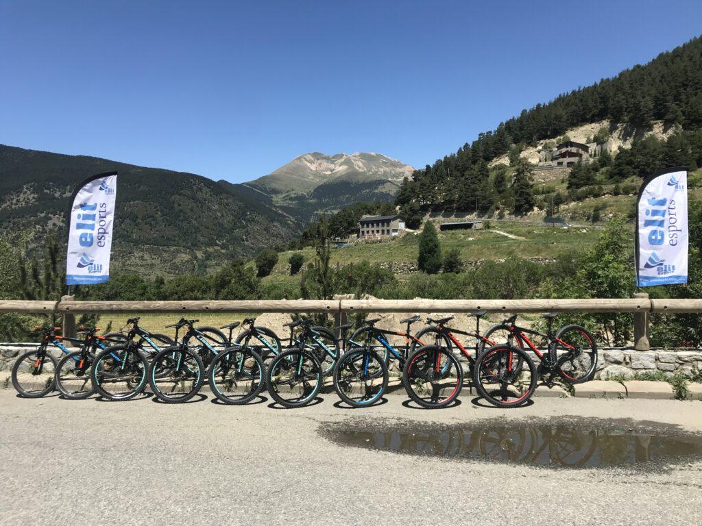 Esports Elit Andorra Excursións e-bike bicicleta elèctrica BTT Andorra Bicicleta muntanya T.+376330720 . https://esportselit.com/activitats-estiu/rutes-btt/ Excursió de 2 a 3 hores Inclòs material: Bicicleta de muntanya, casc, guants. Mínim 2 persones. Sortides cada dia a les 9H i 15H De l'1 de maig al 15 de novembre. Sortides entre 10 i 15 km, màxim 150m de desnivell. *Opció assegurança individual: 5€ / pers. Excursió e-bike, bicicleta elèctrica Inclòs material: Bicicleta de muntanya, casc, guants. Mínim 2 persones. Sortides cada dia a les 9H i 15H De l'1 de maig al 15 de novembre. Sortides entre 10 i 15 km, màxim 150m de desnivell. ALQUILER DE BICICLETAS: BTT - BTT E-BIKE (eléctricas) Y BICICLETAS DE CARRETERA Alquiler de bicicletas disponible durante la temporada de verano. Por horas o por días. RECOGIDAS:Disponemos de 3 puntos de recogidas de las bicicletas. Le enviaremos el mapa y las coordenadas GPS en la reserva. No se presente sin reserva previa, ya que por norma tenemos todo el material reservado. Llac d'Engolasters (Escaldes-Engordany): a 5 min. de Andorra la Vella y Escaldes. Camí de les Pardines (Encamp): Acceso a 5 min. de Encamp. Canillo: En la calle principal de la población. Una vez realice la reserva contactaremos con usted para cuadrar horario y punto de recogida de las bicicletas, ya que ambos pueden variar por dos motivos: Evitar aglomeraciones Intentamos evitar que todo el mundo esté recogiendo el material a la misma hora así como esperas innecesarias. Permitir higienizar material: Higienizamos de forma adecuada todo el material entre cada uso. LAS BICICLETAS: BTT: Bicicletas marca LaPierre ideales para aquellos que buscan salir y divertirse en los senderos de montaña. Bicicletas diseñadas para un rendimiento progresivo que ayuda a disfrutar del paseo y pasar al siguiente nivel. BTT e-Bike (eléctricas): Bicicletas eléctricas marca LaPierre Overvolt HT con asistencia eléctrica para los ascensos, y la comodidad de la tecnología OST+ en el descenso